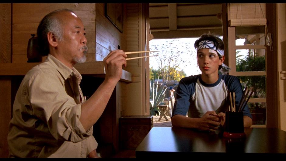 In de film The Karate Kid is mr. Miyagi (wax on, wax off) de mentor voor de jongeman.